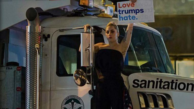 Lady Gaga op een vuilniswagen voor de Trump Tower. Beeld Youtube