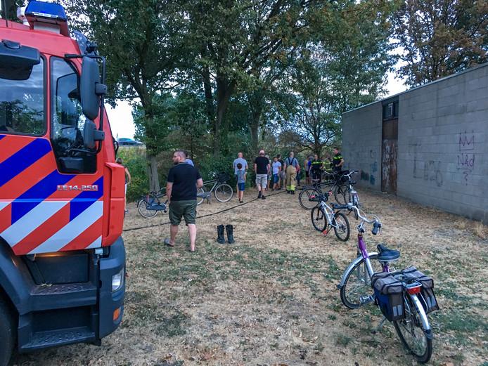 De brandweer moest er aan te pas komen om een jongeman te bevrijden uit de modder.