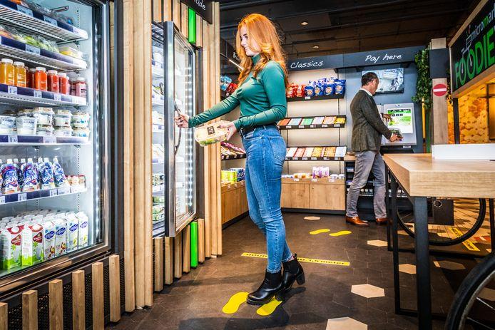 Sjoerd van den Dungen (achtergrond) en een medewerker van Selecta hebben in Dordrecht al de beschikking over een Foodie's. ,,Je merkt dat onze klanten nu gaan nadenken over het kantoor ná corona.''