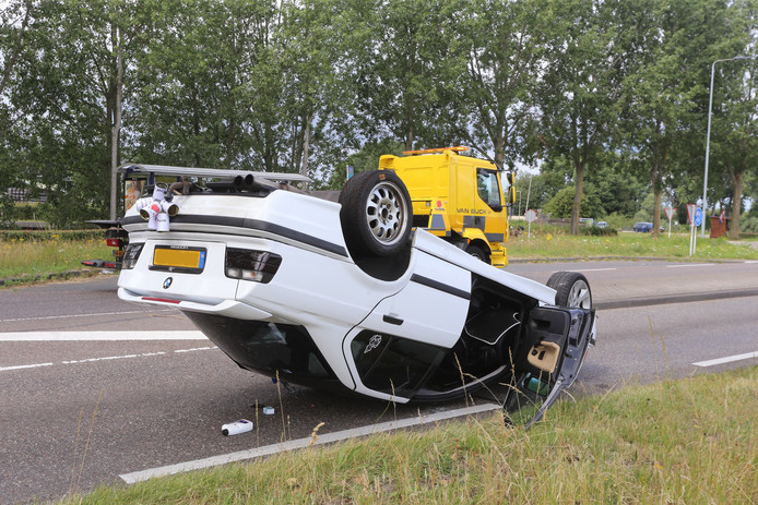 Een kersvers bruidspaar uit Den Bosch is maandagochtend met de auto over de kop geslagen vlak bij truckerscafé Treurenburg.