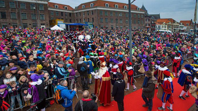 De aankomstsituatie van Sinterklaas trekt normaliter elk jaar aan het Van Heutszplein in Kampen veel publiek.