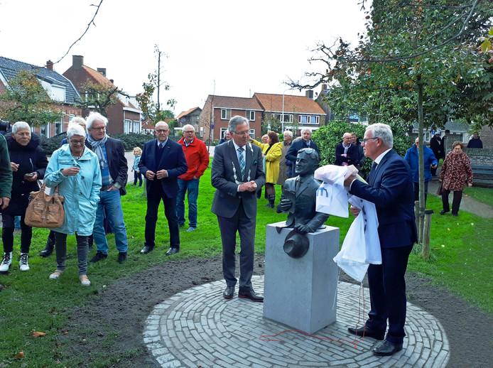 Het beeldje wordt onthuld door Ad Verseput (r) en burgemeester Gerard Rabelink.