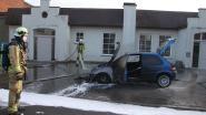 Brandweerlieden blussen auto met mondmaskers aan