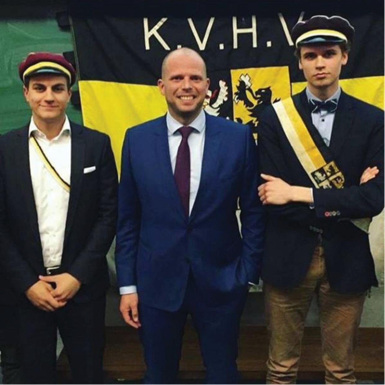 Theo Francken: 'Ik steun het KVHV, maar ik ben er zelf nooit lid van geweest.' (Foto: Theo Francken bij KVHV Gent met links Dries Van Langenhove.)