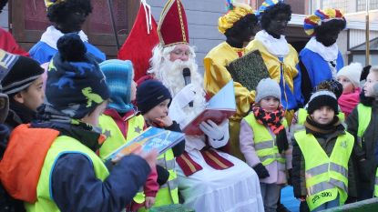 Sinterklaas leest kwartiertje voor in Leieparel