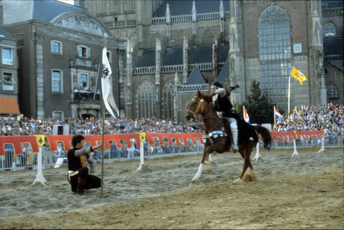 Ridderspelen op de Markt in Arnhem, ter gelegenheid van het 750 jarig bestaan van de stad, in 1983.