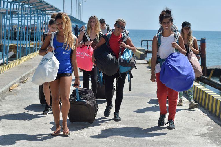 Geëvacueerde toeristen van de Gili-eilanden arriveren in de haven van Bangsal, in het noorden van Lombok.   Beeld null
