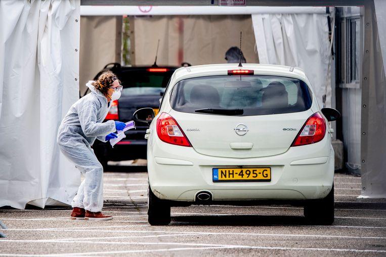 In Goirle is een drive-in huisartsenpost geopend waar patiënten met het coronavirus vanuit hun auto geholpen worden. Beeld SOPA Images/LightRocket via Getty