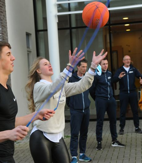 Met filmpjes op TikTok zet docent Jan zijn leerlingen weer in beweging: 'Overal kun je sporten'