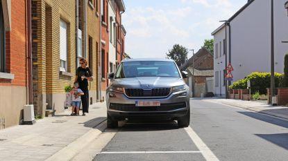 """Parkeervakken in pas vernieuwde Zittert zijn 30 centimeter te smal: """"Aannemer moet klus herdoen"""""""