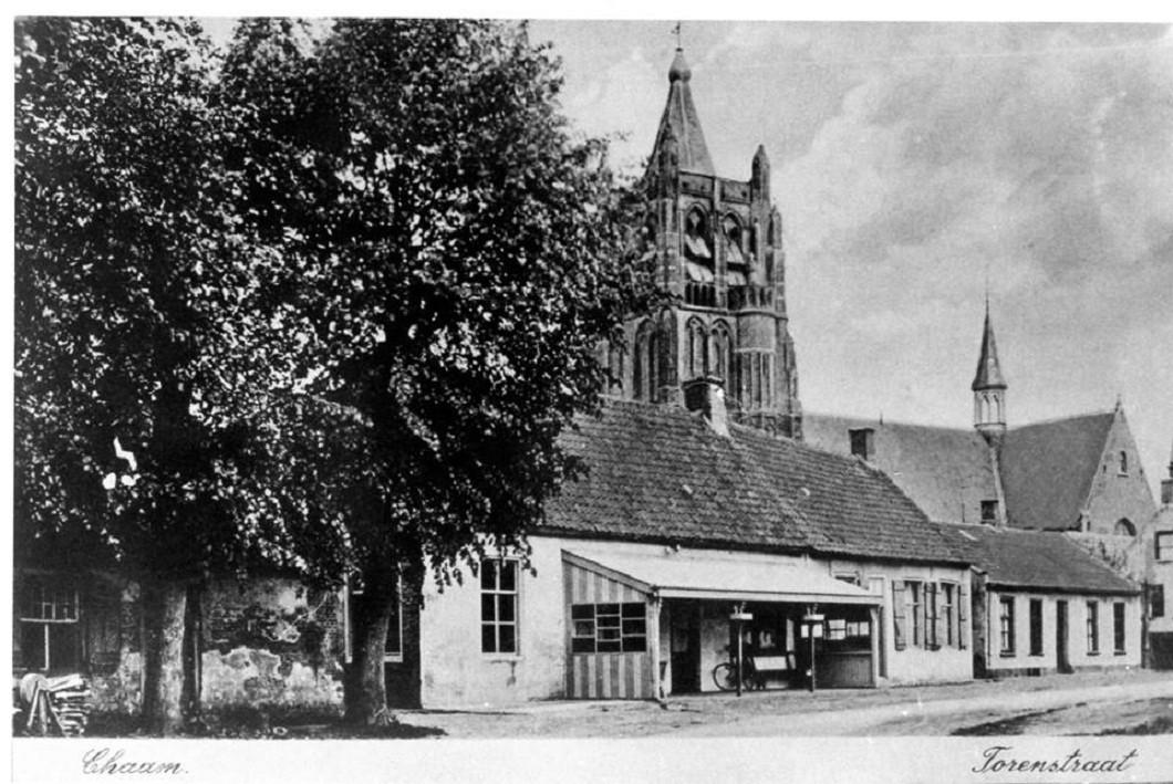 De Bredase architect Bunnik liet zich inspireren door de toren van de protestantse kerk die ook in 1944 werd opgeblazen maar niet is herbouwd. De spitsen zijn bijna identiek.