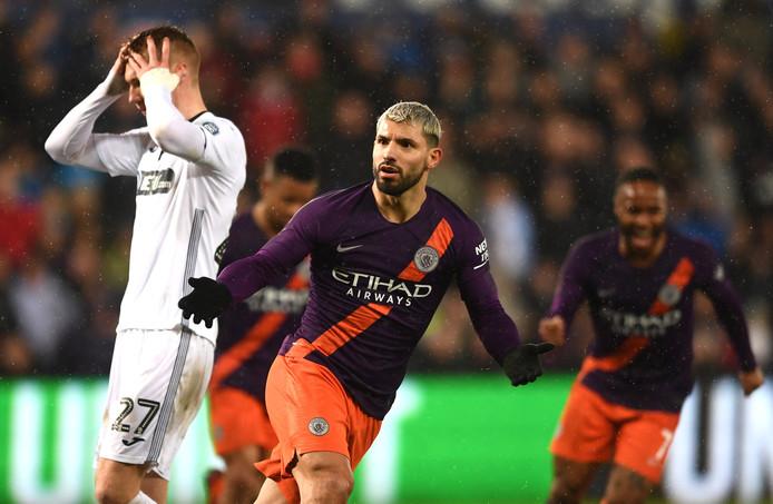 Sergio Agüero bezorgt Manchester City een minuut voor tijd een zwaarbevochten zege.