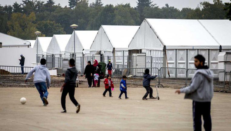 Jongens voetballen in een tentenkamp bij Nijmegen. Beeld anp