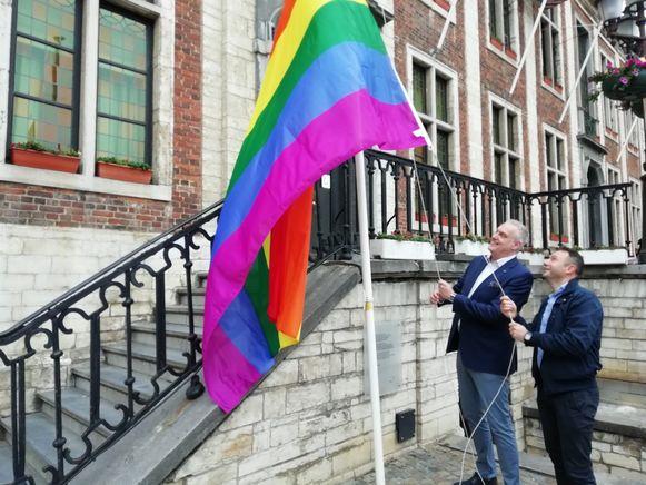 Burgemeester De Graef en diversiteitsambtenaar José Gonzalez hijsen de vlag