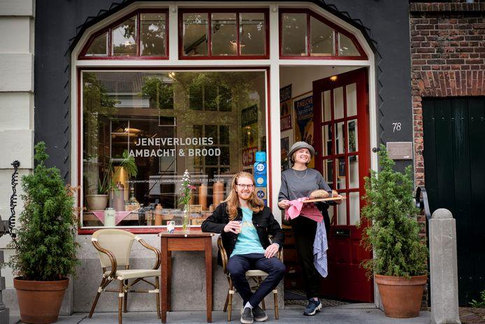 Libby en Robert zijn de nieuwe eigenaren van de Jeneverlogies, een kleine bed & breakfast aan de Schiedamse Lange Haven