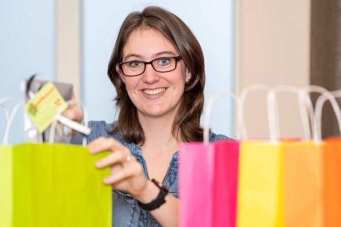 Femke Kostense van Ergotherapie Schouwen-Duiveland met goodie bags die ze uitdeelt aan de eerste 75 mensen die Never give up bezoeken