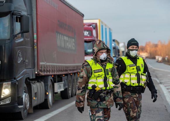 Grenswachters aan de grens van Polen met Litouwen.