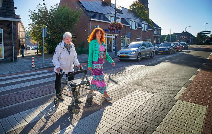 De vrouw en de dochter van de bejaarde Boekelaar die vorig jaar juni dodelijk verongelukte op de oversteek in de Boekelse Kerkstraat.De gemeente gaat de oversteek nu extra beveiligen.