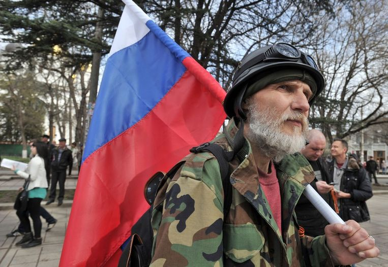 Een pro-Russische demonstrant loopt met een Russische vlag door Simferopol. Beeld afp