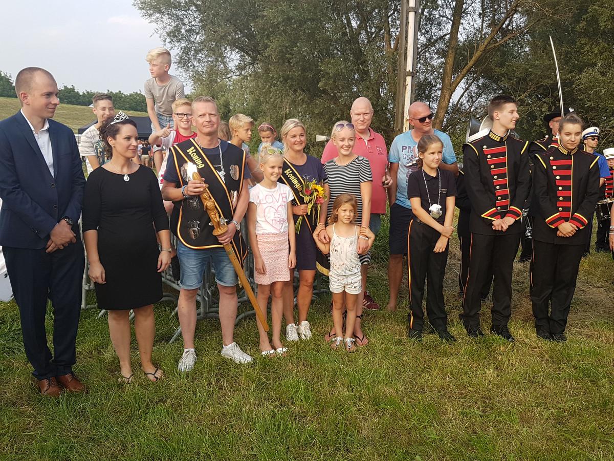 Niels Sparnaaij, de nieuwe schutterskoning van Gendt (met koningsstaf) met  zijn gezin te