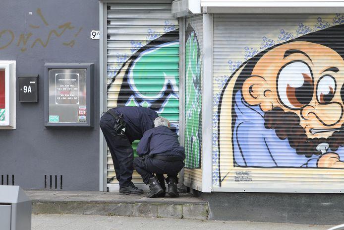 De politie doet onderzoek bij shishalounge Mon Ami.