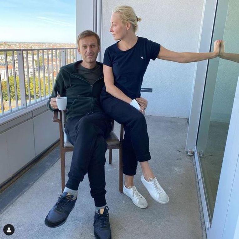 Navalny met zijn echtenote Yulia op een balkon van het Charité-ziekenhuis in Berlijn. Beeld Instagram Navalny