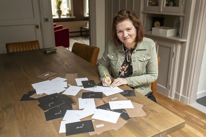 Natasja Kroese schrijft opbeurende kaarten naar wie daar blij van wordt. Verzoeken krijgt ze via sociale media.