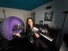 Zangeres Cynthia uit Hengelo blij met nieuwe cd