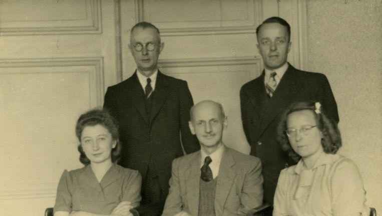 Otto Frank (midden) met enkele helpers Beeld Anne Frank Stichting