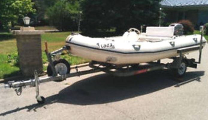 De gestolen boottrailer met een opblaasbare boot.
