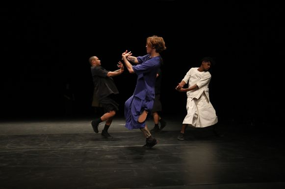 De dansgroep op het podium van de Vooruit.