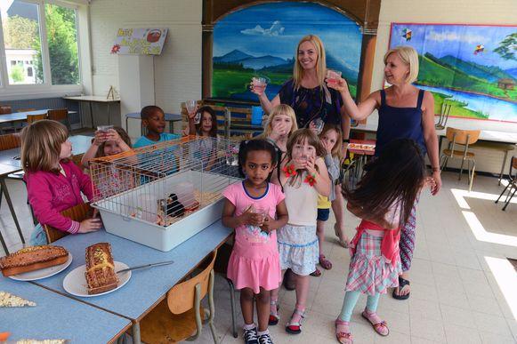 De kinderen van De Bijenkorf klinken op de komst van de kuikentjes.