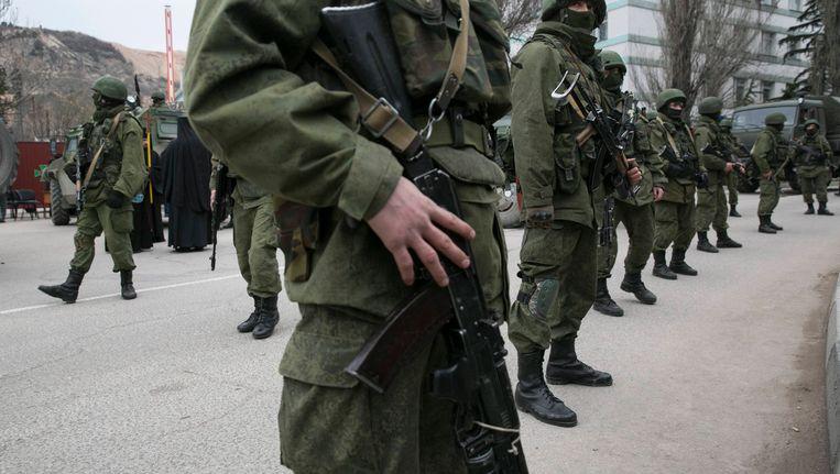 Gewapende militairen bij een Oekraïense grenspost bij de stad Balaklava op de Krim. Beeld reuters