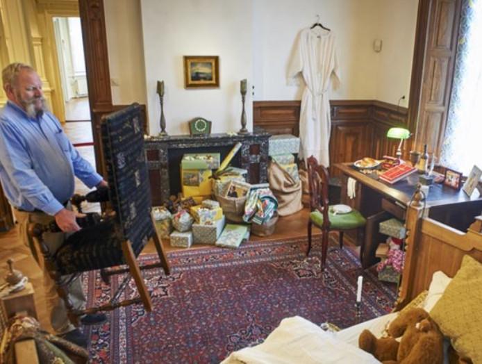 De kamer bij de entree van Museum Jan Cunen wordt ingericht.