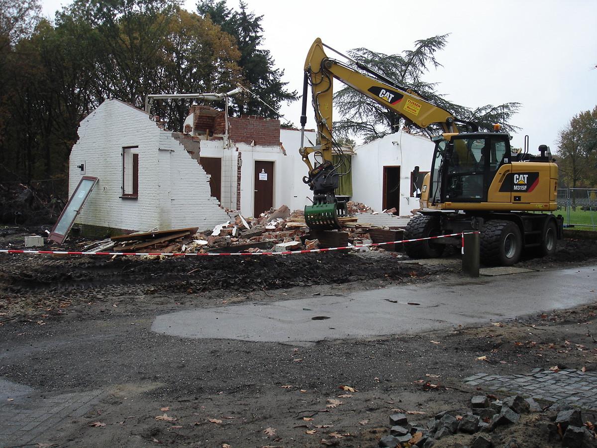 Het poortgebouw bij begraafplaats in Ysselsteyn is gesloopt. Er komt een nieuw bezoekerscentrum.