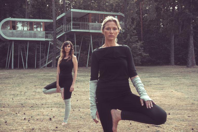 Ontwerpster Katrien Smets en actrice Hilde De Baerdemaeker in een campagnebeeld van hun eigen yogamerk Play Pauze, a natural connection.