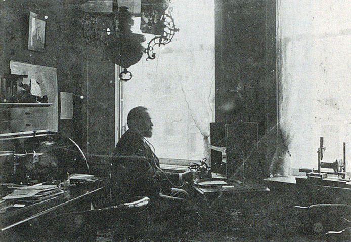 J.D. Boeke in zijn werkkamer aan de Oudegracht in Alkmaar omstreeks 1900. De Spectacle-phonograph van Boeke is rechts op de foto te zien.