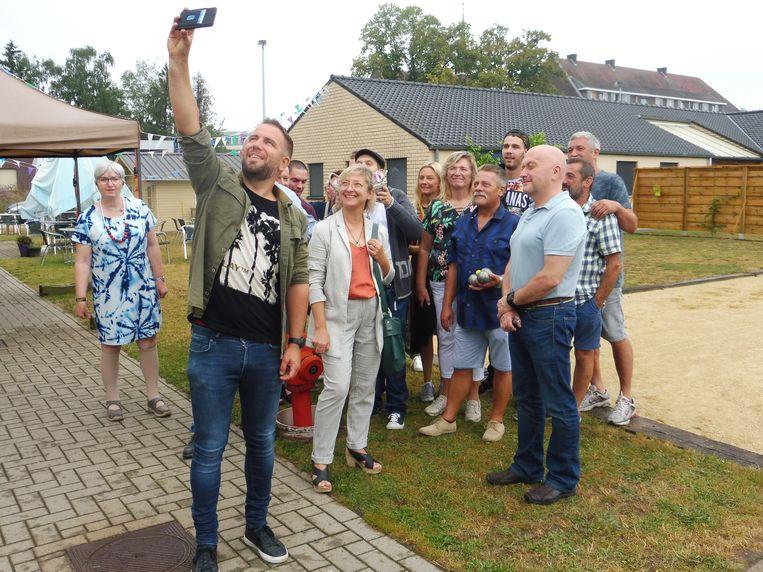 Burgemeester De Wit neemt een selfie tijdens de officiële opening van de nieuwe petanquebaan