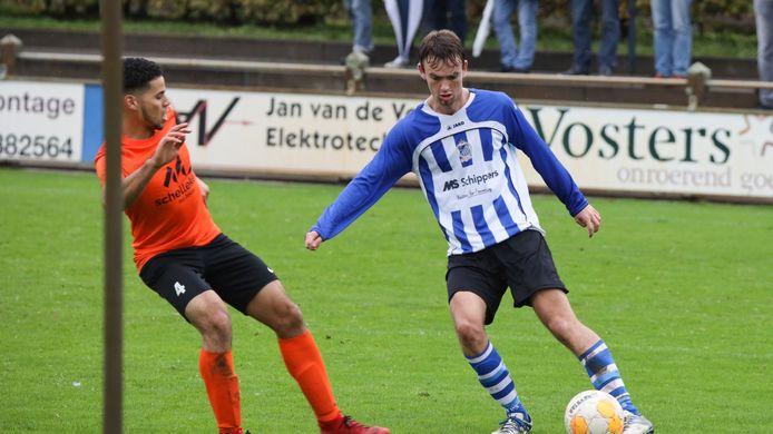 Niels Krekels van Bladella (rechts) in duel met een speler van Tivoli.