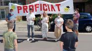 Met spandoek en ukelele: leerkrachten Heilig Graf delen diploma's uit aan voordeur