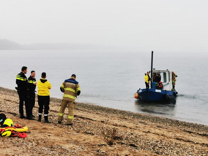 De brandweer zoekt met een bootje de Putmanskrib in Herwen af naar een hond.