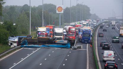 E40 van Gent naar Brussel wellicht nog tot de middag volledig dicht in Wetteren na ongeval met truck