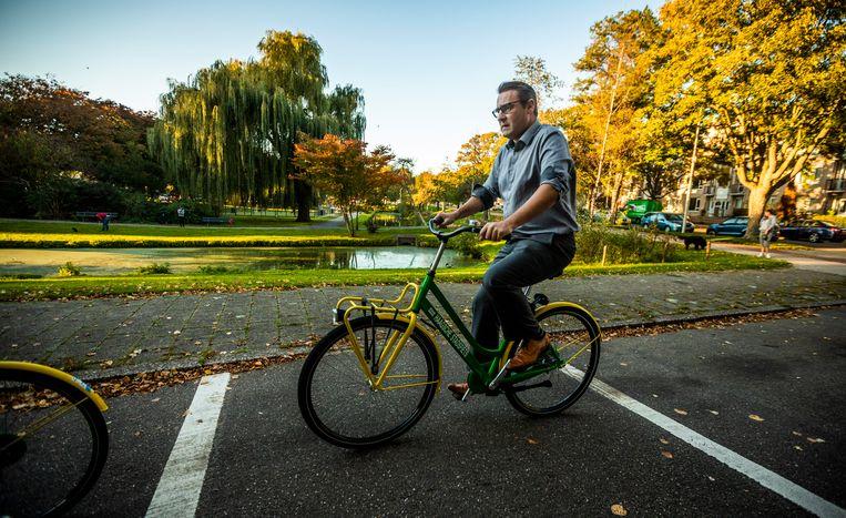 Richard de Mos fietst door Den Haag Zuidwest. Moerwijk is een naoorlogse wijk met veel groen, ontworpen door stadsplanner Willem Dudok. Beeld Freek van den Bergh