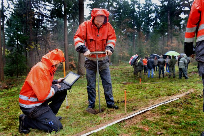 Archeologen doen onderzoek naar grafheuvels op de Utrechtse Heuvelrug. Foto: William Hoogteyling.