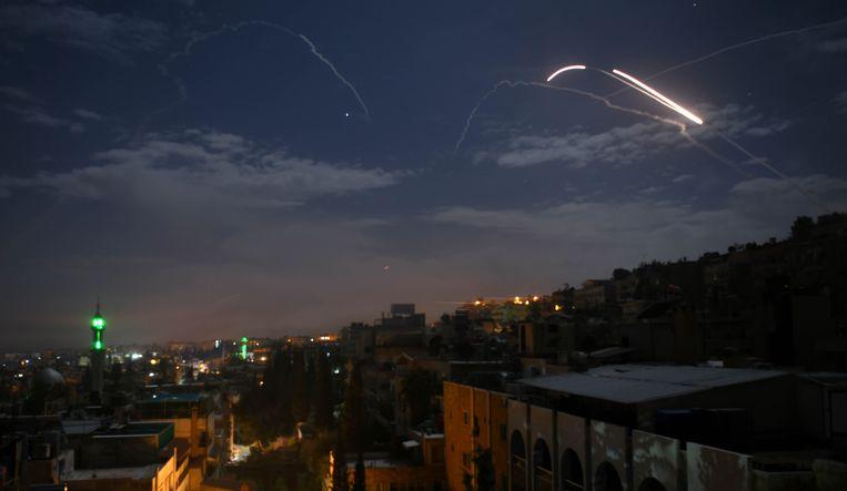 Syrisch luchtafweer reageert op aanvallen op Damascus op 21 januari.  Beeld AFP