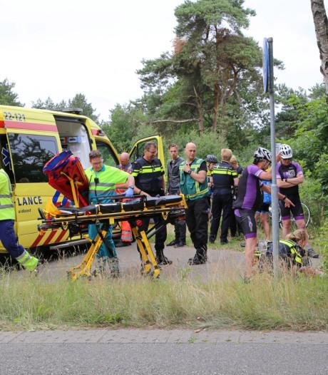 Traumahelikoper ingezet nadat twee groepen wielrenners op elkaar botsen