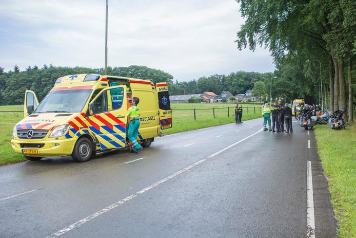 Links de beschadigde ambulance die in botsing kwam met met één van de motorrijders waardoor een andere motorrijder ook onderuit ging.