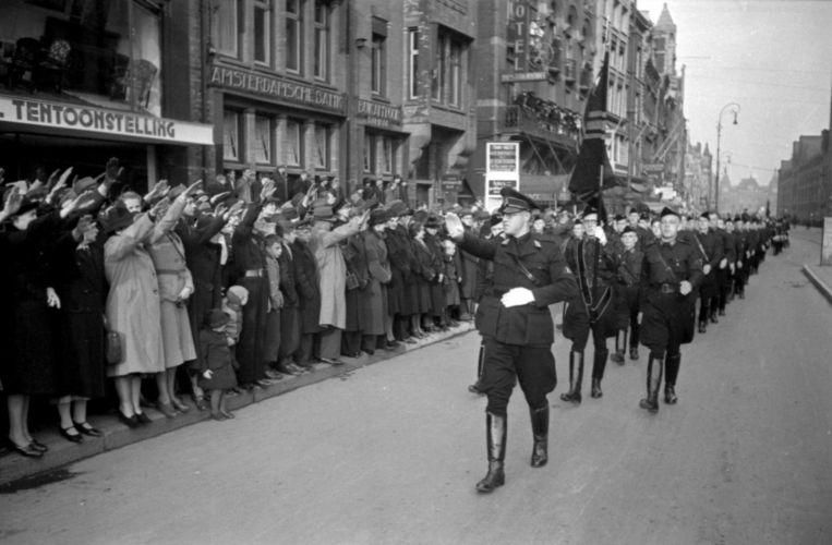 Vierduizend leden van de Weerbaarheidsafdeling (WA) presenteerden zich op 9 november 1940 in de stad. De geüniformeerde ordedienst en knokploeg van de Nationaal-Socialistische Beweging (NSB) liep onder het spelen van marsmuziek en het zingen van strijdliederen provocerend door de smalle Jodenbreestraat in de Jodenbuurt, over de Prins Hendrikkade en het Damrak naar de Dam, waar leider Anton Mussert het defilé afnam. Duizenden Amsterdammers keken met opgestoken arm toe Beeld BBWO2/NIOD