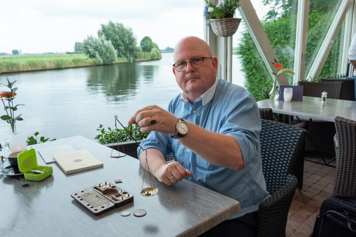 Historicus Cor de Graaf deed onderzoek naar de geschiedenis van valsemunters in Eembrugge.