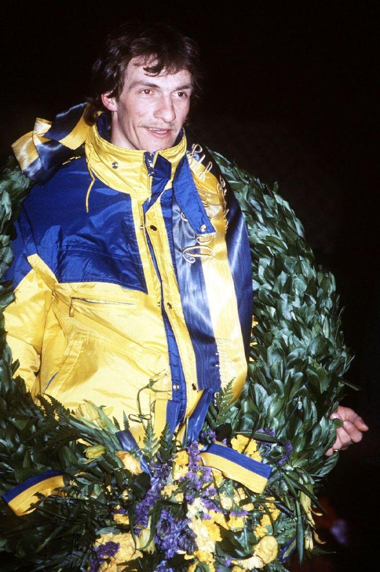 Evert van Benthem bij de huldiging in 1985. na zijn finish in 1985. Hij had 6.47 uur nodig, goed voor een gemiddelde snelheid van 29,13 km per uur. © ANP Beeld